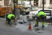 Operaris treballant a Santpedor, on segueix baixant l'atur