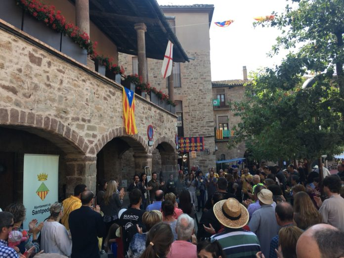 Santpedorencs es concentren a la Plaça Major per donar suport a l'1-O
