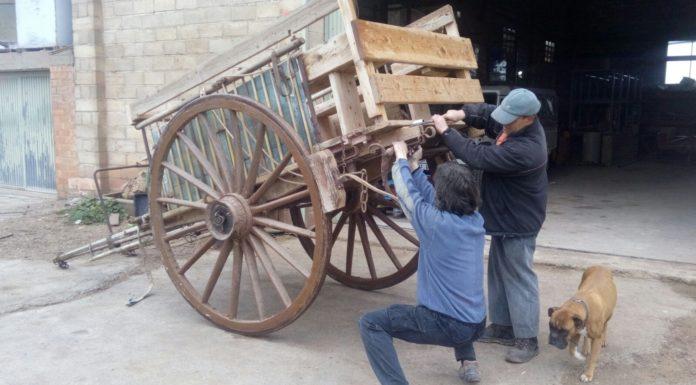 Fent els últims arreglos als carruatges pels Tres Tombs de Sant Antoni FOTO.AJUNTAMENT DE SANTPEDOR