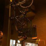 Biciletes penjades de faroles i balcons a Santpedor anuncien la Berga - Santpedor del proper 11 de novembre FOTO.2X2