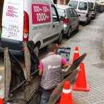 Operari de fibracat passant cable de fibra pel carrer