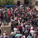 Centenars de santpedorencs concentrats a la Plaça Gran l'u d'octubre de 2017 per defensar les urnes a la Capella de Sant Andreu