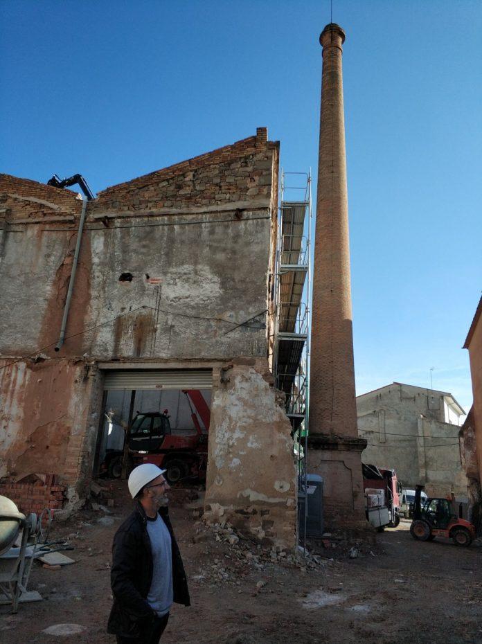 Xavier Codina davant la fàbrica de Cal Clarassó, al pati que passarà a ser de vianants, amb la xemeneia al fons
