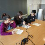 Alumnes de l'escola l'Olivar de Castellnou de Bages explicant una notícia als micròfons d'Ona Bages