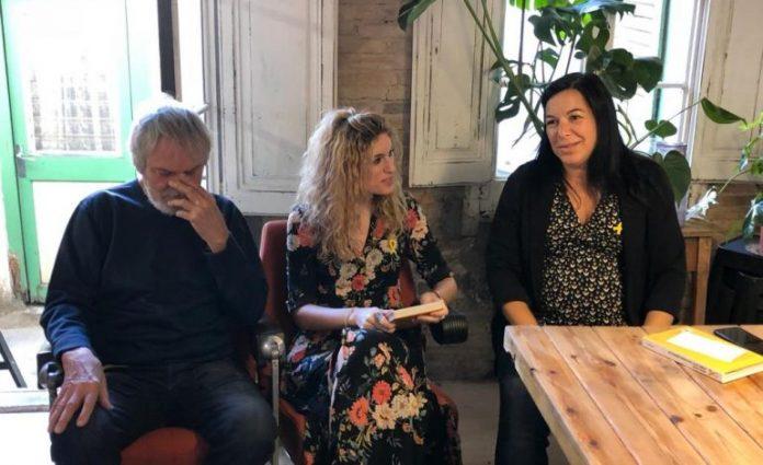 Maria Xinxó presentant el llibre 'Jo també porto el llaç groc' a Sant Vicenç de Castellet, acompanyada d'Artur Junqueras, pare d'Oriol Junqueras, i la diputada Adriana Delgado