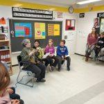 Teresa Duran entrevistada pels alumnes de la Serreta