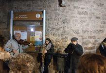 Antoni Cuadrenc al violí, Laia Perelló al saxòfon i Andreu Riera a l'harmònica, acompanyats dels cantaires de Catalans Cantem, a la plaça Gran de Santpedor