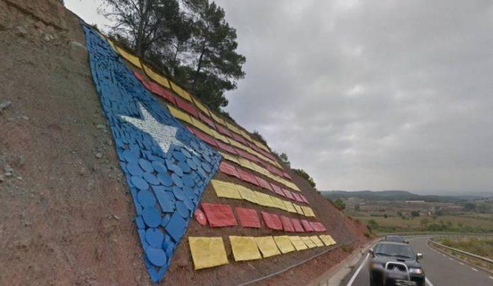 La carretera entre Santpedor i Castellnou de Bages és reconeixible des de molts punts de la comarca per l'estelada gegant