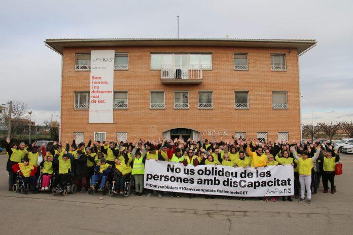 Més de 200 persones d'AMPANS es concentren a la primera de les mobilitzacions convocades a tot Catalunya per la preocupant situació que viu el sector de la disCapacitat Intel·lectual