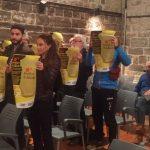 Membrs del a CUP Santpedor ensenyant els cartells enretirats al ple municipal FOTO.CUP SANTPEDOR