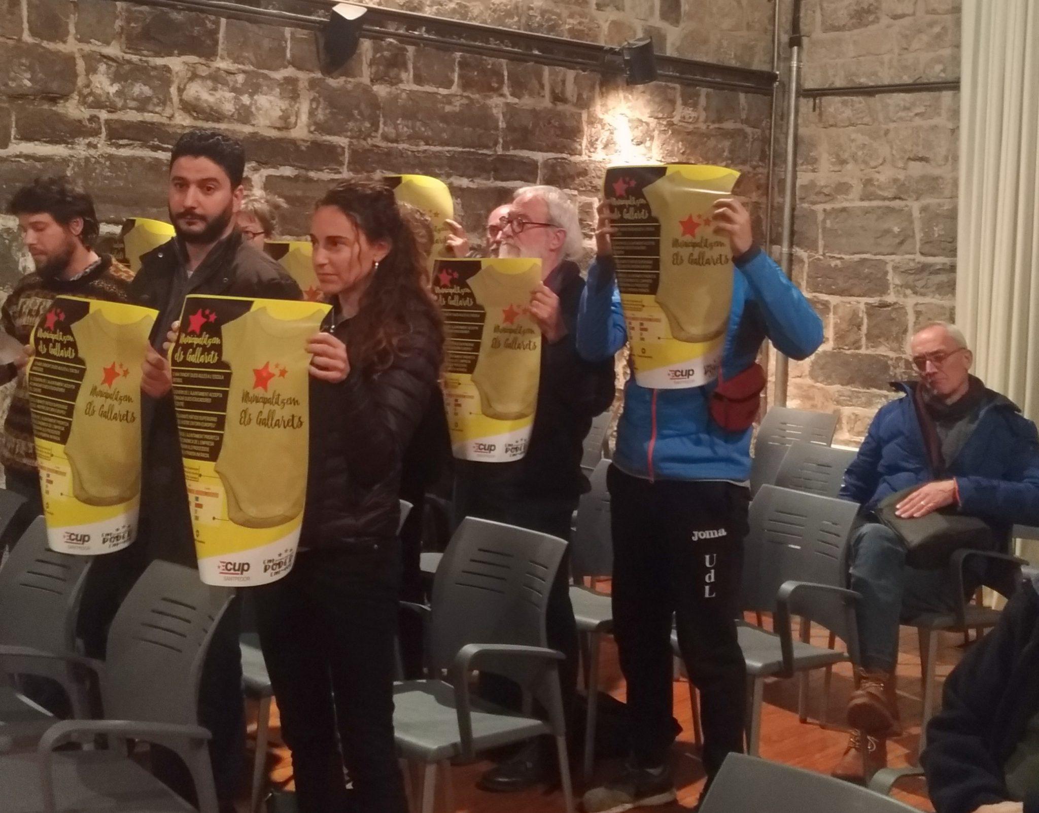 La CUP Santpedor protesta al ple per la retirada de cartells sobre Els Gallarets