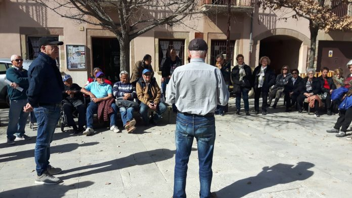 Reunió de la Pataforma de Pensionistes i Jubilats de Santpedor a la Plaça Gran, amb Jesús Puig al centre parlant FOTO: Plataforma de Pensionistes i Jubilats de Santpedor