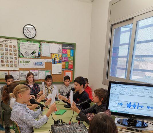 Alumnes de l'escola Riu d'Or de Santpedor gravant El Gronxador