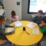 Infants de 1er de l'escola l'Olivar de Castellnou de Bages gravant El Gronxador