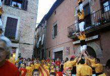Pilar dels Castellers de Santpedor a l'arribada de la Flama del Canigó a la Plaça Gran FOTO:2X2