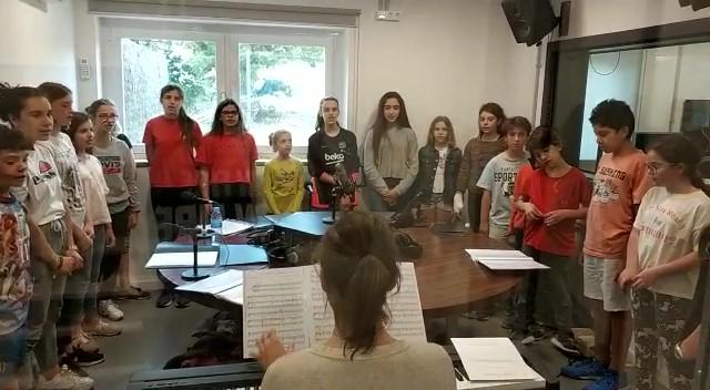 Alumnes de cant coral de l'Escola de Música de Santpedor cantant a Ràdio Santpedor