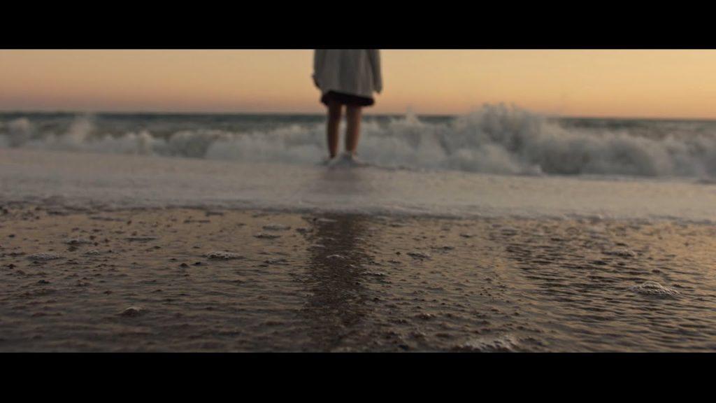Fotograma del videoclip de Friccions.