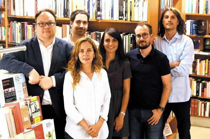 Els sis autors de Tota la veritat. - Foto: Xavier Jubierre