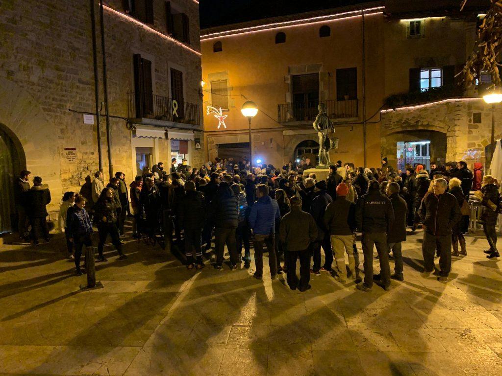 Els manifestants a la sortida del ple.