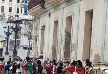La cua per obtenir aliments als punts habilitats a Cuba.