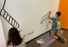 Els joves del Lokal pintant el nou mural.